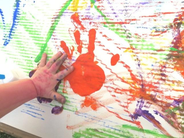 peinture avec les mains bébé