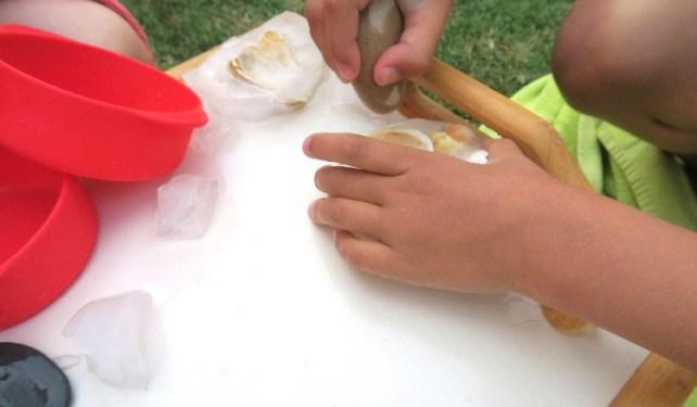 délivrer coquillages de la glace avec des cailloux ou eau chaude jeu été