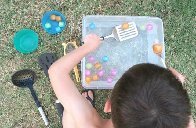jeu de pêche à la maison avec des glaçons à deux mains