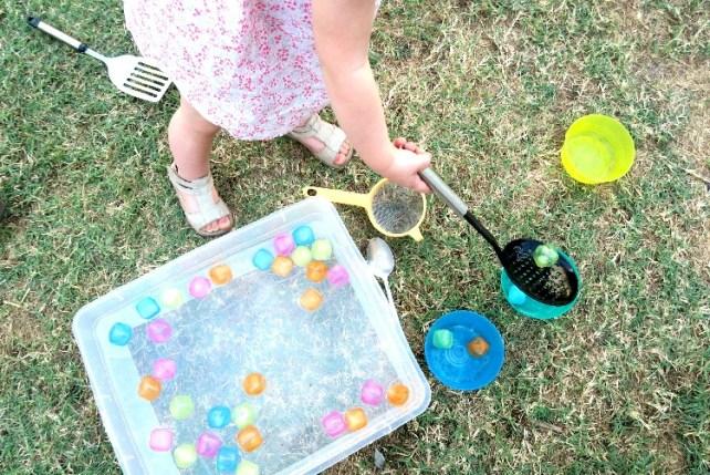 Pecher des glaçons avec des cuillères jeu été transvasement Montessori