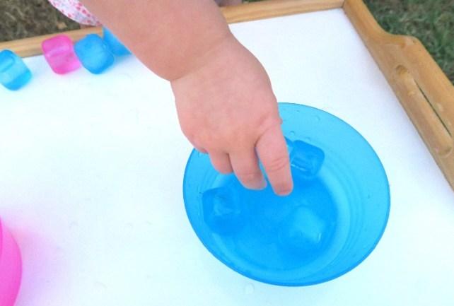 tri de couleurs avec glaçons en plastique activité bébé Montessori été