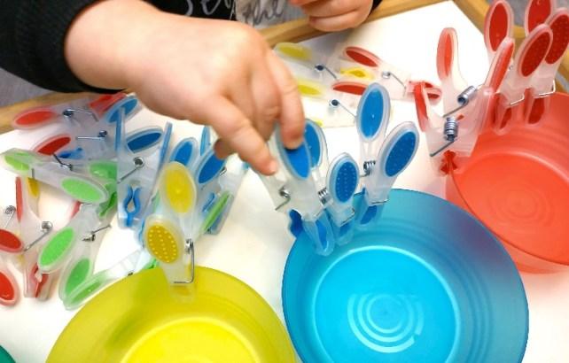 activité montessori facile _ jeu de tri couleurs avec pinces à linge motricité fine