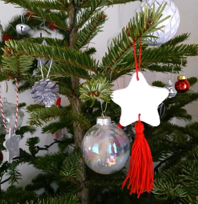 Décoration de Noël avec pompons en pâte autodurcissante à suspendre