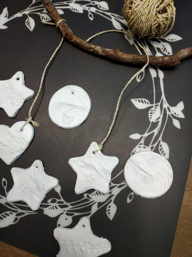Fabriquer un mobile à suspendre décoration Noël avec formes en argile