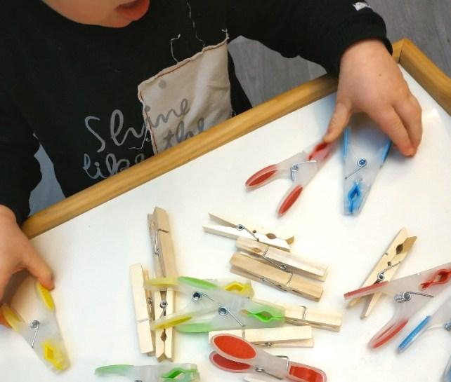 plateau de découverte pinces à linge motricité fine Montessori