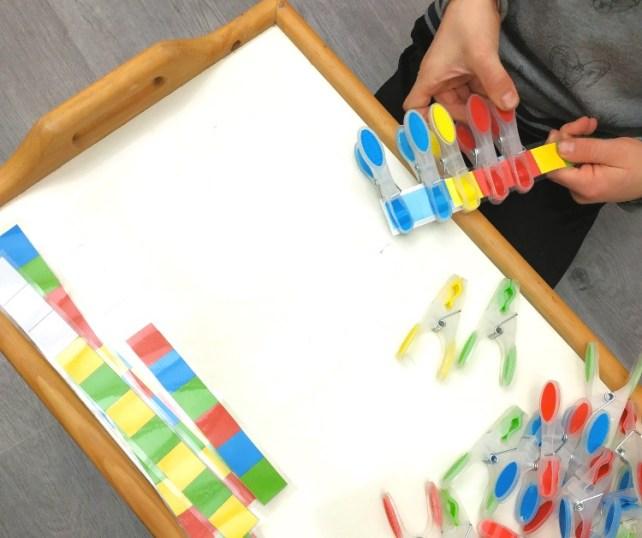 atelier rythme couleurs pinces à linge manipulation motricité fine