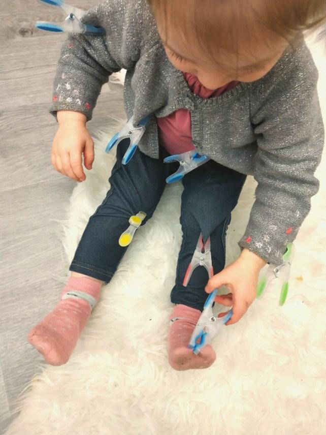 jeu pinces à linges sur vêtements pour petits motricité fine