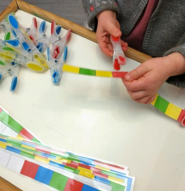 Jeu tri de couleurs avec pinces à linges atelier manipulation type montessori