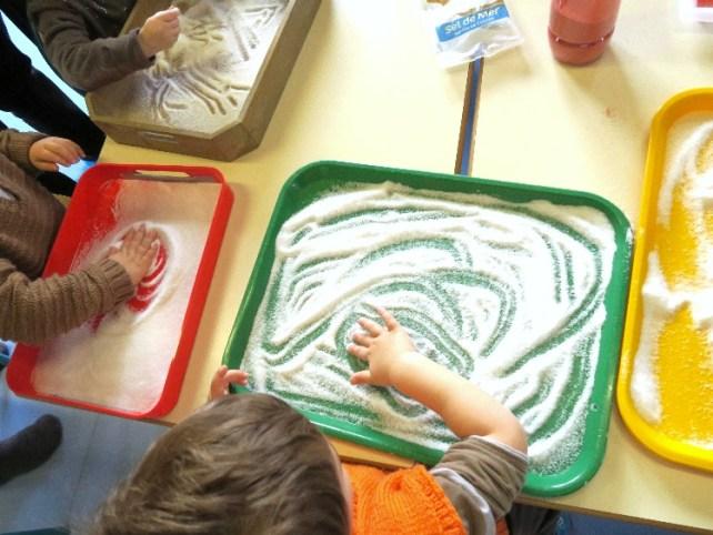Graphisme en crèche avec plateau de sel et sable