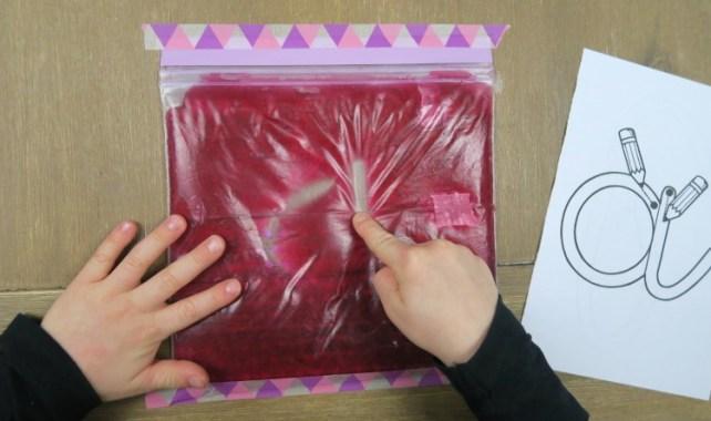 Graphisme en maternelle tracer lettres dans sac de gel