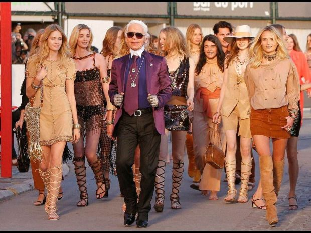 Karl Lagerfeld with models in the back
