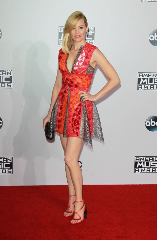 Elizabeth Banks outfits at American Music Awards 2015