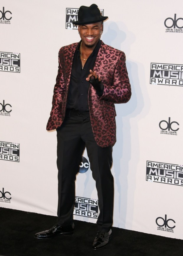 Ne-Yo outfits at American Music Awards 2015