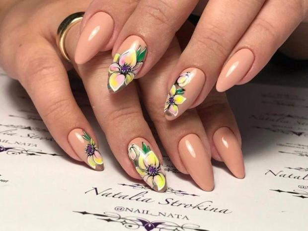 Almond nail designs 2020 autumn with painted flowers