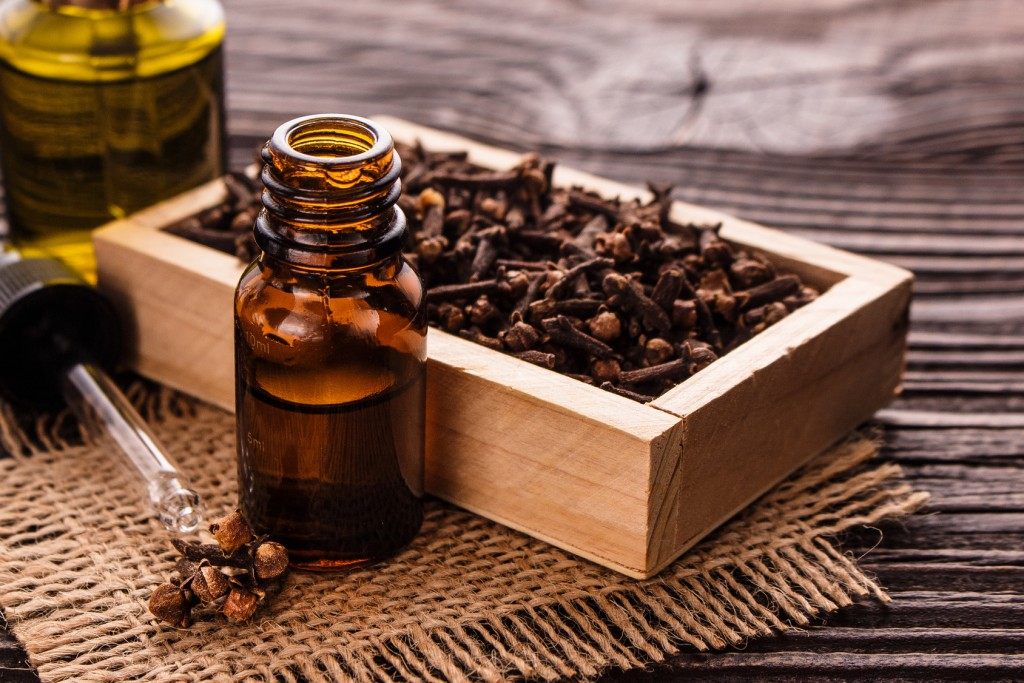clove oil for treating skin tags