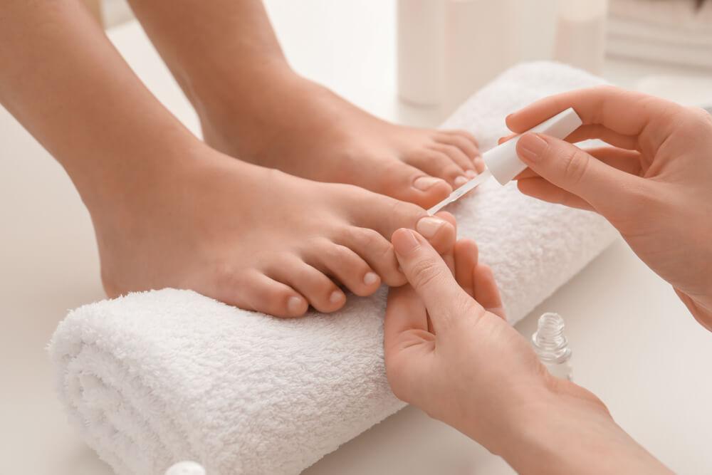 apply nail polish on feet