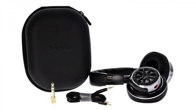 Photo of the headphone cable and carrying case