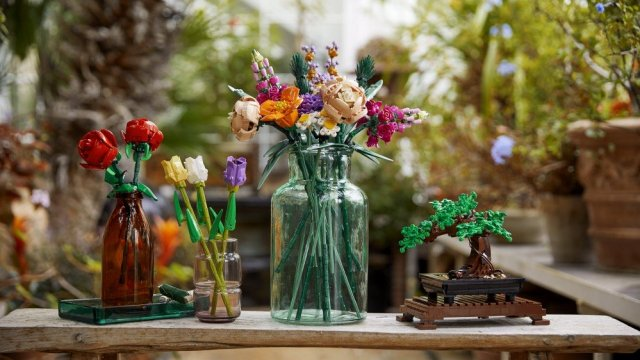 A set of flowers and a bonsai tree in the form of LEGO