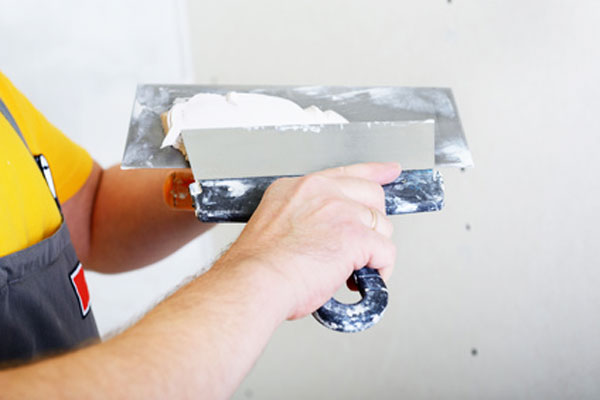 Applying-plaster-on-a-trowel