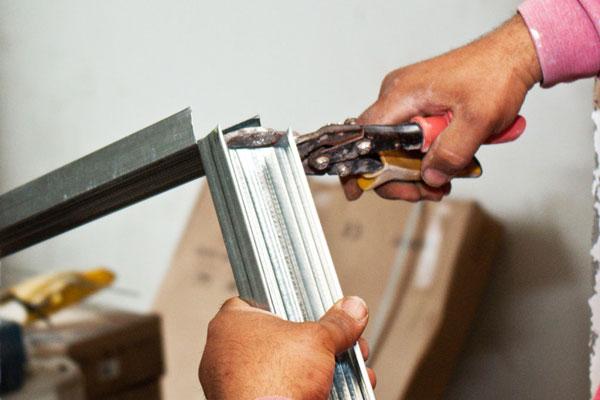 Cutting-the-metal-studs