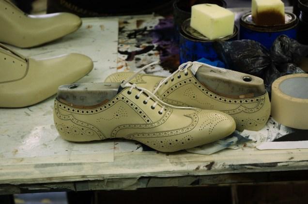 Собранные туфли из отбелённой кожи