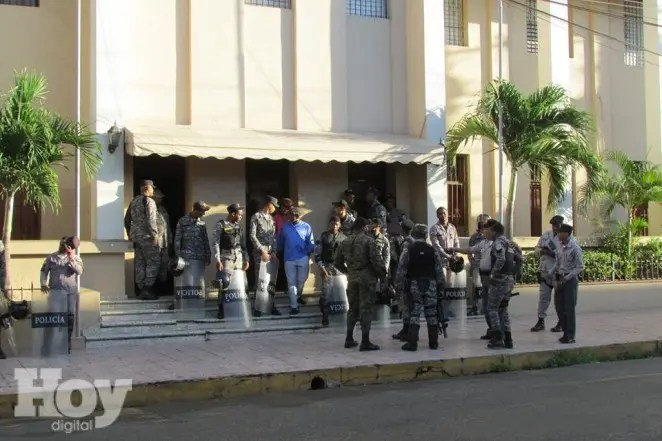 Policías apostados fuera del Palacio de justicia de San Cristóbal, foto de Calos Corporán