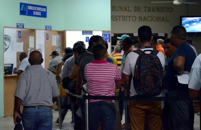 Personas en el edificio de la Autoridad Metropolitana de Transporte (AMET).
