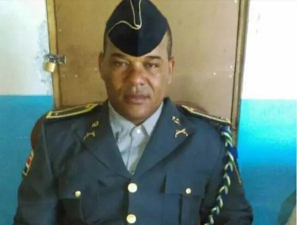Teniente de la Policía Johnny de los Santos.