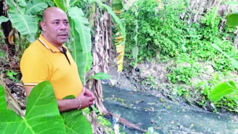 Rafael Vidal muestra la cañada la cual está totalmente contaminada.