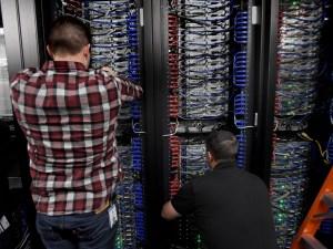Ingenieros instalando nuevos servidores.