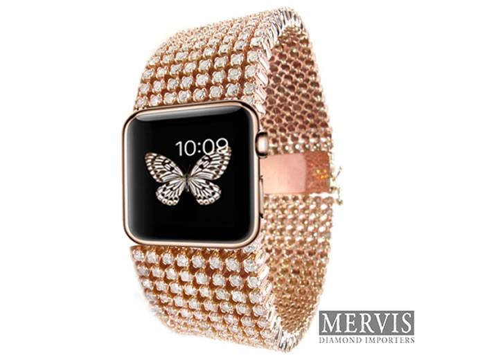 Tiene ocho filas de diamantes y está montado en un extensible de oro de 18K.