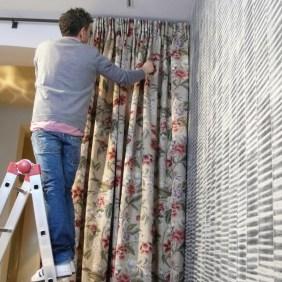 Hängen von handgesäumten Colefax & Fowler Vorhängen - Hoyer & Kast Interiors