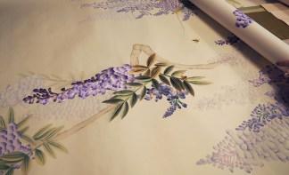 Misha Wallpaper Blauregen Stickerei Tapete - Hoyer & Kast Interiors