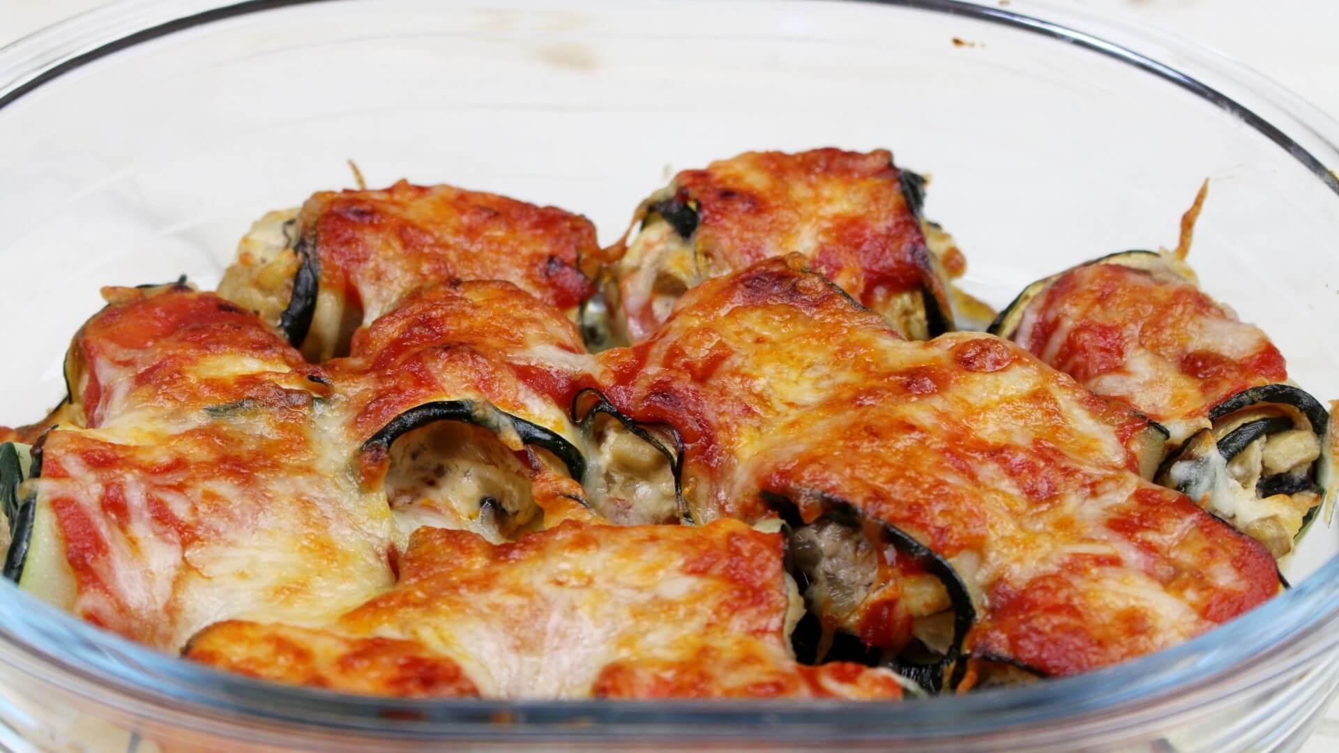 Canelones de calabacín rellenos de queso de cabra, champiñones y tomate