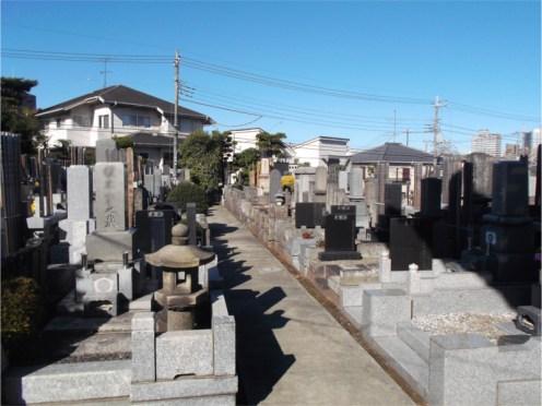 中道寺【石張りの平坦な墓地】