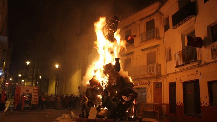 Las imágenes de la «cremà» de las Fallas en Buñol