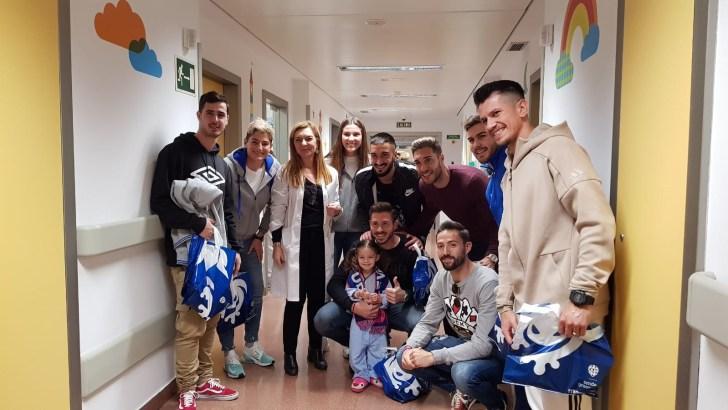 El Levante UD visita a los niños ingresados en el Hospital de Manises