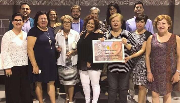 Buñol homenajea a la AECC y al Ganchillo Solidario en el 9 de Octubre