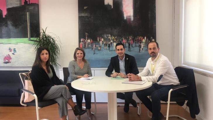 El diputado de Cooperación y Cohesión Territorial, Carlos Fernández Bielsa, recibe al alcalde de Macastre