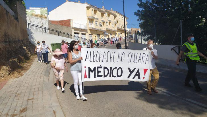 Los vecinos de Alborache se manifiestan para pedir la vuela del médico al consultorio de la localidad