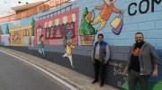 El artista Toni López pinta un mural para fomentar las compras en Buñol (imágenes)