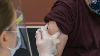La vacunación de la Covid-19 en alérgicos es segura, según los especialistas del Hospital de Manises