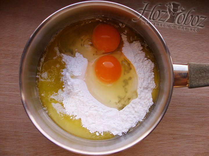 Разбиваем в крем 2 куриных яйца