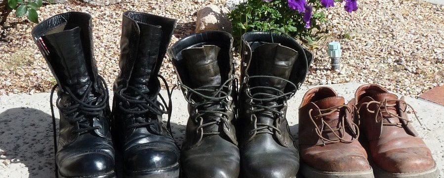 Πώς να κολλήσετε τα πέλματα των παπουτσιών στο σπίτι εάν εκραγούν