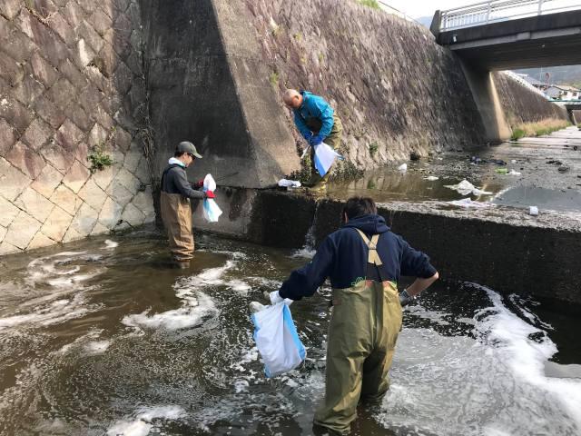 愛宕谷川に入ってゴミの回収