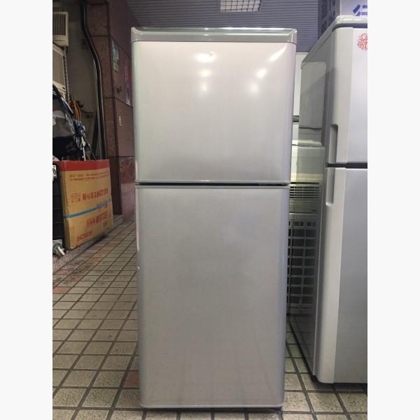 二手冰箱出售.「二手」東芝 137公升雙門冰箱 - 591居家/家具