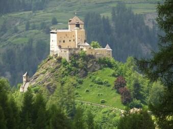 Majestätisches Schloss Tarasp - im 11. Jh erbaut