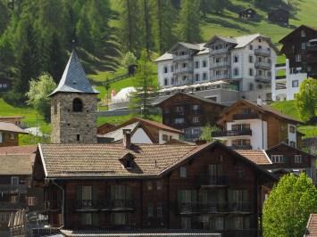 Vom Büel Richtung Dorfkern - im Hintergrund das Romantikhotel Alpina