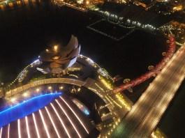 Art Science Museum & Helix Bridge von der Dachterrasse des Marina Bay Sands