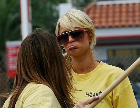 Періс Хілтон на підборах фарбує паркани Голлівуду